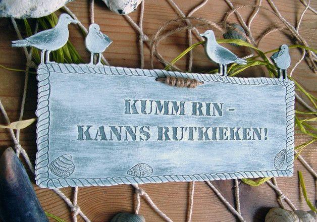"""""""Kumm rin - kanns rutkieken!""""   ist Plattdeutsch und bedeutet auf Hochdeutsch:   """"Komm rein - kannst rausgucken!""""   Dieses Türschild mit Muscheln & Möwen macht nicht nur an der Küste einen..."""
