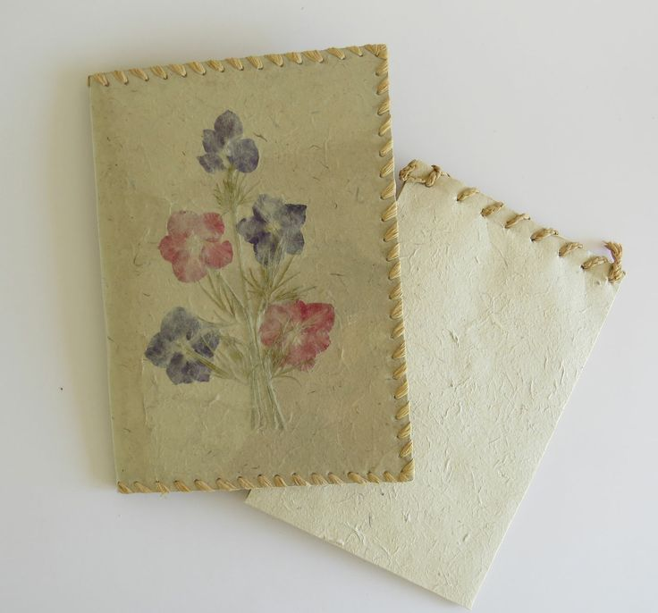Flowerdecorated notepad holder with pad. The notepad has 20 beautiful barkpaper leaves - for notes or painting.