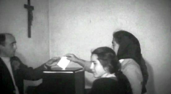 Primeiro duma série de pequenos programas dedicados ao 25 de abril de 1974, e ao período de instauração do regime democrático em Portugal, produzidos a partir de imagens de arquivo. Neste episódio são destacadas as datas de abril: a revolução de 25 de abril 1974, as primeiras eleições livres em 25 de abril de 1975, para a Assembleia Constituinte, e as eleições de 25 de abril de 1976,