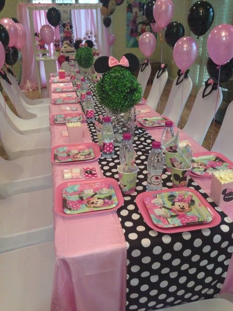 Mesa decorada para fiesta de MInnie Mouse.                                                                                                                                                                                 Más