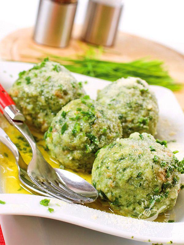 Spinach canederli - Vuoi gustare un piatto tradizionale golosissimo? Ecco la ricetta dei Canederli agli spinaci, piatto forte del Trentino e dell'Alto Adige.
