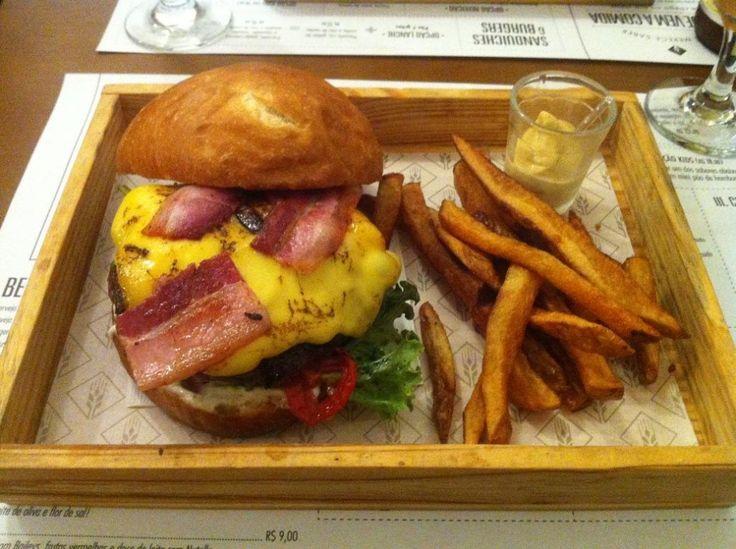 Burger (R$31,50): pão de hambúrguer, bacon (curado e defumado lá mesmo!), queijo colonial, bife de carne bovina, tomates assados, mix de verdes e maionese defumada.