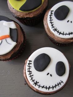 Jack Skellington Fondant Cupcake Tutorial // atiliay.com