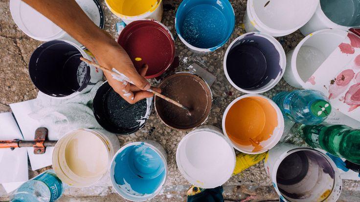 maling og en hånd med en malepensel