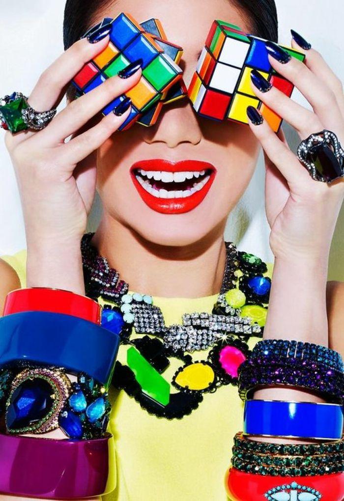 mode année 80 style haut en forme et en couleurs le cube de Rubik est un symbole vrai et propre