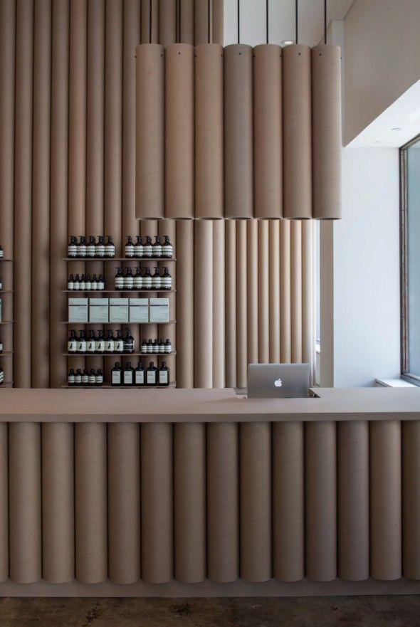 La marque de produit de soin haut de gamme Aesop a fait appel au cabinet d'architecture Brooks + Scarpa Architects pour son magasin à Los Angeles. L'environnement du magasin se compose de tubes en carton rond de 6 pouces pour créer des murs et des meubles.