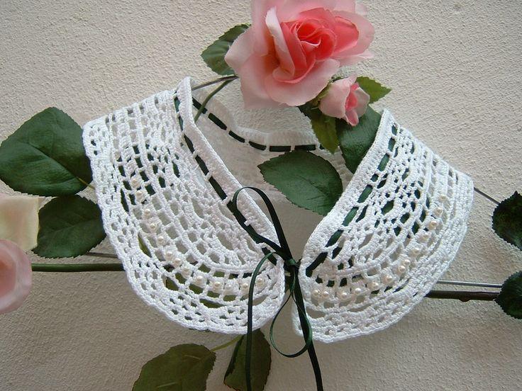 Colletto elegante in pizzo bianco eseguito a mano all'uncinetto. Crochet moda donna in stile romantico e femminile. Colletto in cotone.