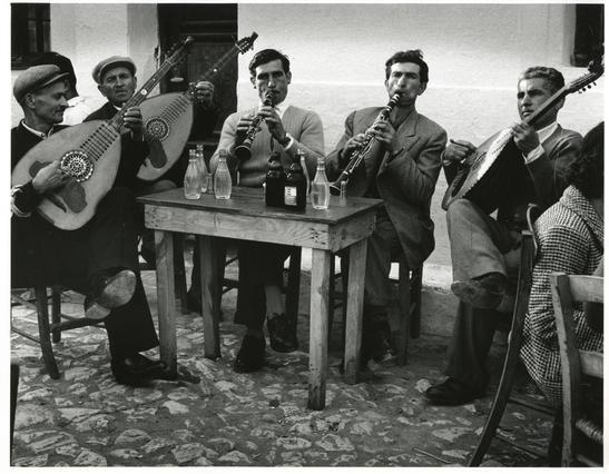 Wolf Suschitzky.Βρέθηκε στην Ελλάδα το 1960 και αποτύπωσε με το φακό του τον ελληνικό χώρο,τις ασχολίες και τις παραδόσεις που τον περιβάλλουν,λίγο πριν την αναπόφευκτη αλλοίωσή τους.