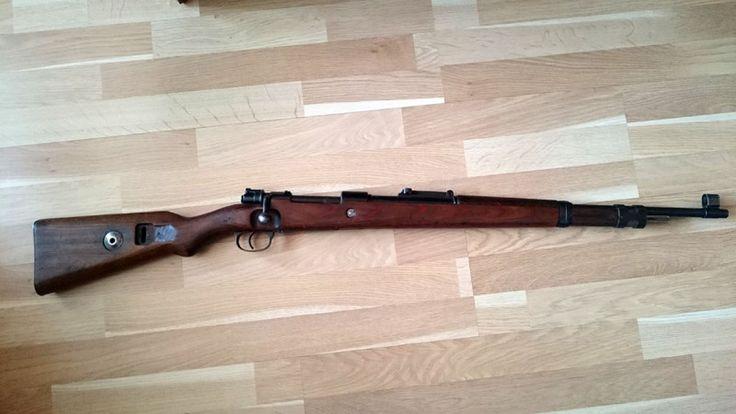 Mauser 98k - Puška není sčíslovaná, ale má celkový vzhled zbraně vyrobené v roce 1939 (plochá botka, pažba z laminátu, tunelový kryt mušky, objímka ve tvaru H). Vývrt je ostrý a pěkný. Žádná skrytá vada. Zbraň na ZP.https://s3.eu-central-1.amazonaws.com/data.huntingbazar.com/6025-mauser-98k-kulovnice.jpg