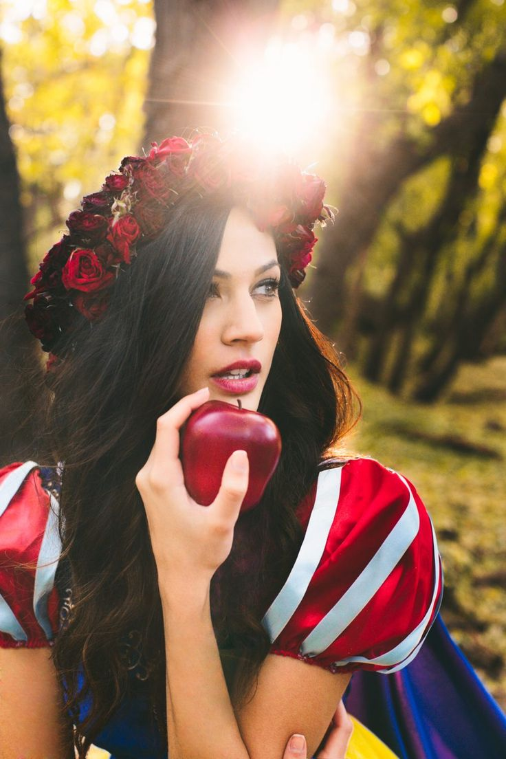 I love this Snow White photo shoot by Wyn Wiley! During last term he visited my photography class and I fell in love with his pictures. I am so amazed he could make such an awesome career with photography. Go Wyn Wiley, meow!
