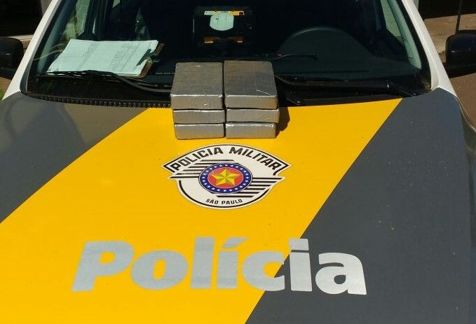 Polícia Rodoviária prende bolivianos com mais de 6 quilos de cocaína pura na Castelo -   A Polícia Rodoviária apreendeu nesta quarta-feira, dia 29, na Rodovia Castelo Branco (SP-280) uma grande quantidade de cocaína pura que estava com um casal de boliviano. Os policiais estavam fazendo patrulhamento contra ilícito na base de Avaré, quando abordaram um ônibus - http://acontecebotucatu.com.br/policia/policia-rodoviaria-prende-bolivianos-com-mais-de-6-quilos-de