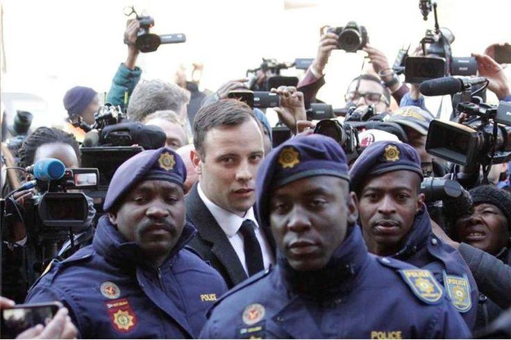 O ex-atleta paralímpico Oscar Pistorius, que cumpre pena de seis anos pelo assassínio da sua namorada, foi transferido para uma cadeia adaptada para pessoas deficientes, em Pretória.