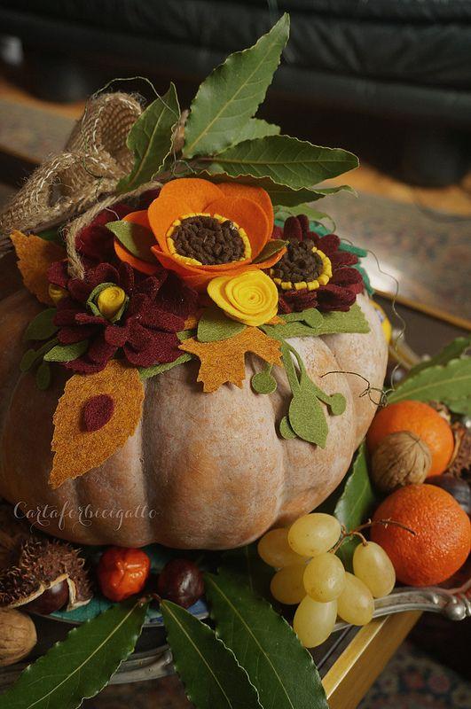 Felt flowers pumpkin centerpiece thanksgiving - Fiori di feltro su zucca centrotavola Ringraziamento