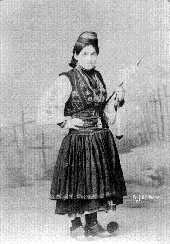 Αναμνηστική φωτογραφία, η οποία απεικονίζει μία αρβανιτόβλαχα από την Ήπειρο στις αρχές του εικοστού αιώνα. Αφοί Mανάκια.