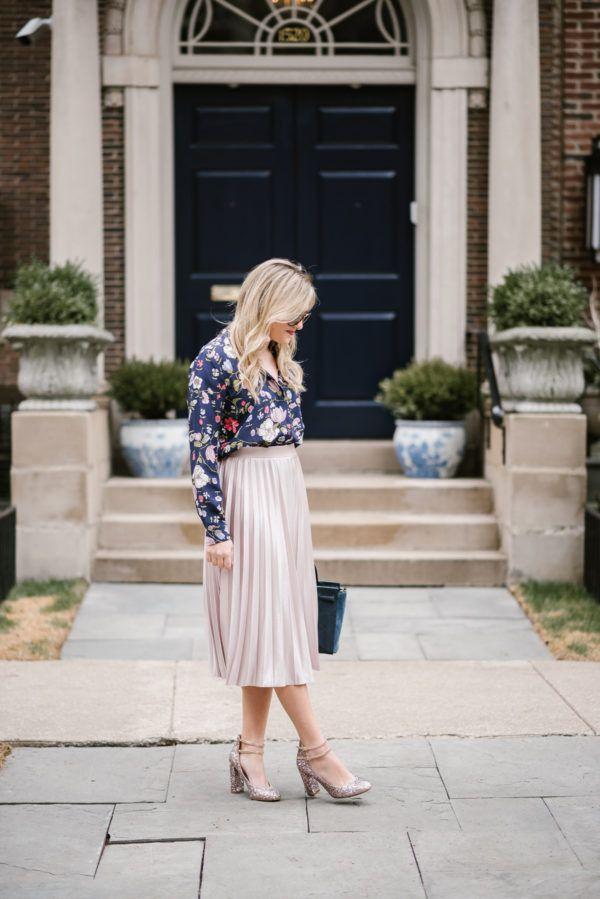 Мода блоггер луки и блестки носить Ребекка Тейлор цветочный блузку и розовый Рэйчел Рой миди юбка в Чикаго.