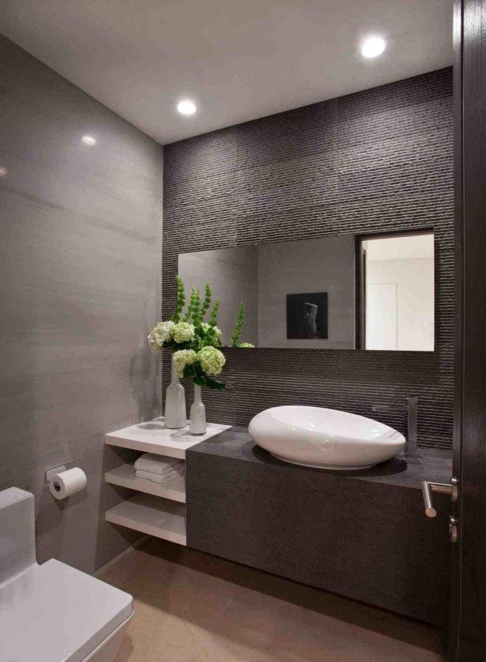 Badezimmer Einrichtung Kleines Bad Einrichten Badgesltatung In Grau Und Weiss Vase Mit Blumen Ovaler In 2020 Badezimmer Beispiele Badezimmer Badezimmer Innenausstattung