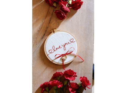 Die Übergabe der Eheringe ist wohl der romantischste Moment der Hochzeitszeremonie. Das Ringkissen im Stickrahmen bietet im wahrsten Sinne des Wortes den perfekten Rahme für die Ringübergabe. Wie Sie das Ringkissen selbst sticken können, erfahren Sie in unserer Step-by-Step-Anleitung.