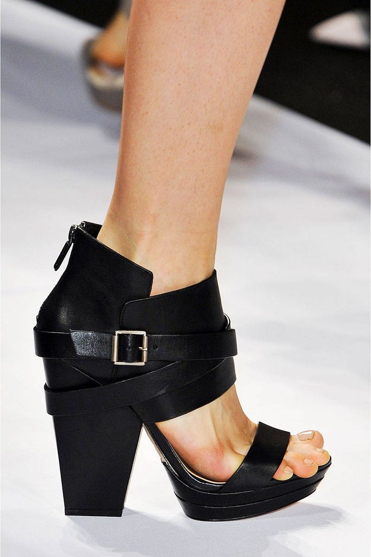 Black leather chunky heel platform sandals. BCBG Max Azria, Ready-to-Wear Spring 2014 #NYFW Photo: IMAXtree, Matteo Volta