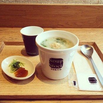 実はスープのお店「スープストックトーキョー」のトレイは松屋漆器店のものなんです。 気になっていた方もいるのでは? このサイズはスープストックオリジナルなのだそう。 温かみのあるブランドイメージやスープにぴったりのトレイですね。