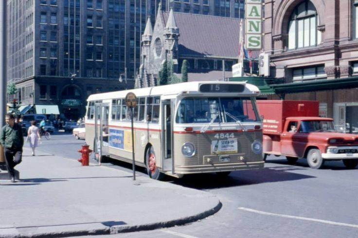Bus de la ligne 15 sur la rue Sainte-Catherine Ouest à l'angle du square Phillips, 1964 (Photo: Archives de la STM)