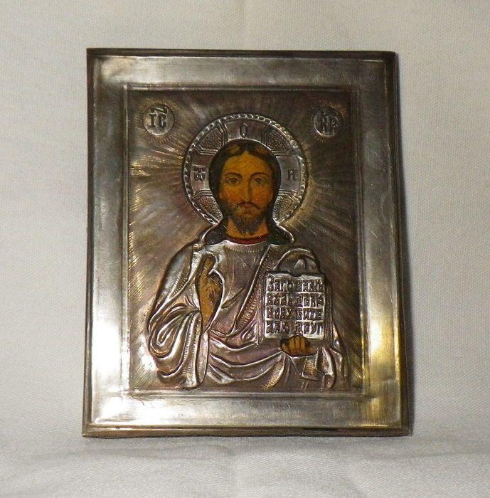 Christus Pantocrator - Russische icoon met zilveren riza 1890-1915 - (zilver 84) - Cm. 85 x 7  Christus de Pantocrator: De Almachtige en de redder - degene die de hele wereld voedt. Jezus is afgebeeld half - lengte in frontale positie met de zegen van zijn rechterhand.In zijn linkerhand houdt Chrst het evangelie die meestal verschijnt open (maar is in vele heilige iconen afgebeeld cloesd) en die meestal St. Matthew Gospel is.Rond Christus het hoofd is er een Aureaole containig een paar…
