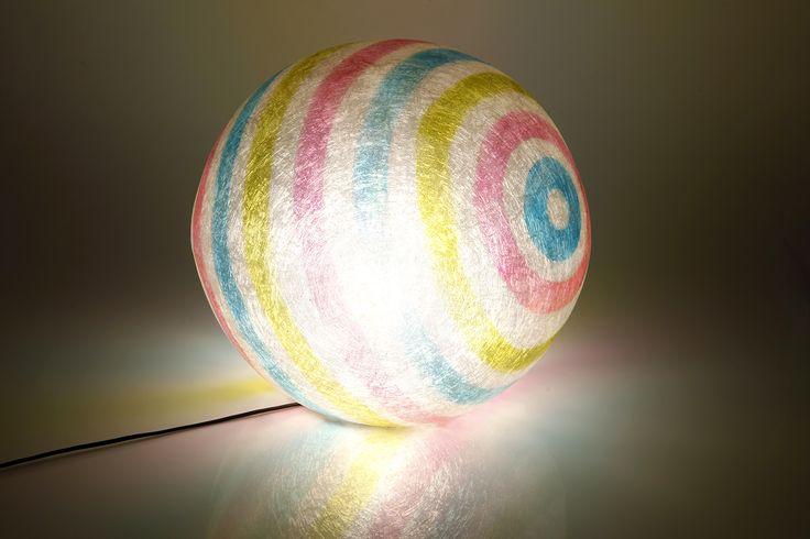 Χειροποίητη μπάλα/φωτιστικό από fiberglass. Μπορεί να κρεμαστεί απο την οροφή, ή να χρησιμοποιηθεί ως φωτιστικό δαπέδου. Έχει επίπεδη βάση, έτσι μπορεί να σταθεί ανεξάρτητη σε οποιαδήποτε επιφάνεια -ή και στο πάτωμα.  Διάμετρος: 40cm Ντουί: Ε27, βιδωτό  Η μπάλα μπορεί να δεχθεί όσα Watt χρειάζεστε για τον χώρο σας, καθώς και λάμπες οικονομίας, led, ή λάμπες που ντιμάρονται.