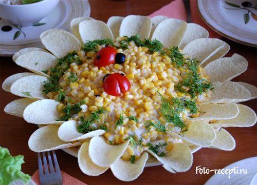 """Салат """"Подсолнух"""" с кукурузой и маринованными шампиньонами"""