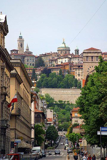 Bergamo (Italia) - Le due città. Bergamo Bassa e Bergamo Alta - da via Locatelli in Citta Bassa splendida vista su Città Alta