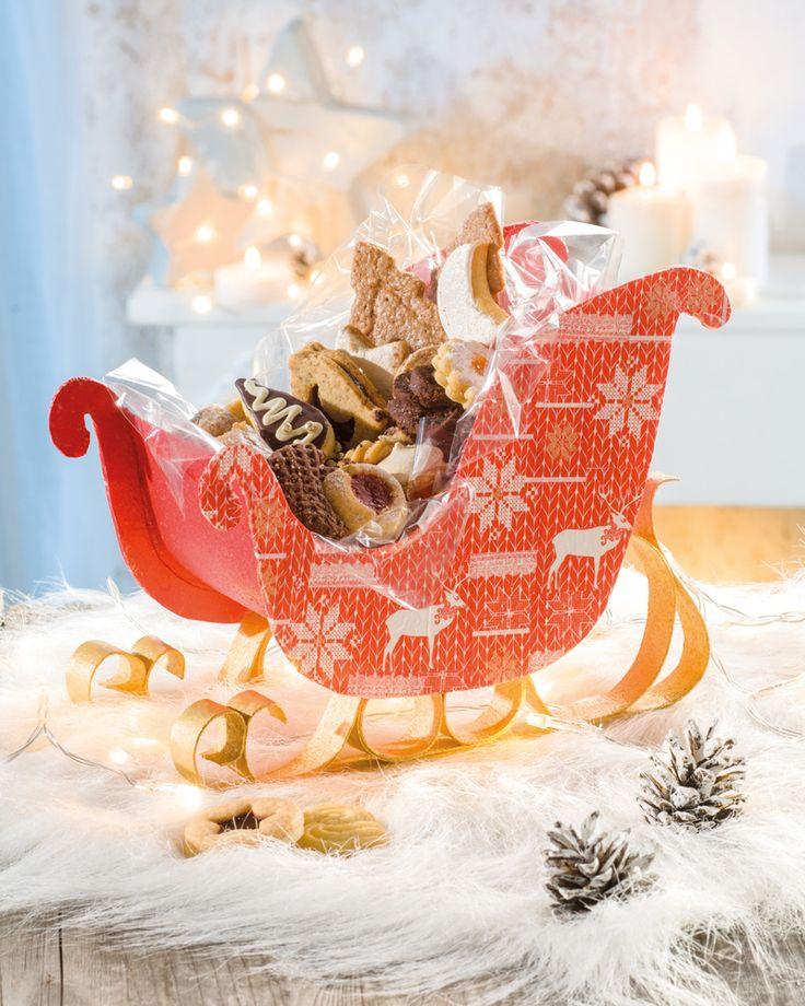 """Schlitten mit Creaflexx als Gebäckschale (Idee mit Anleitung – Klick auf """"Besuchen""""!) - Wenn dieser schicke Schlitten aus dem neuen und vielseitigen Material Creaflex auf dem weihnachtlichen Tisch steht, müssen die darauf befindlichen Plätzchen und Leckereien sehr schnell nachgeordert werden!"""