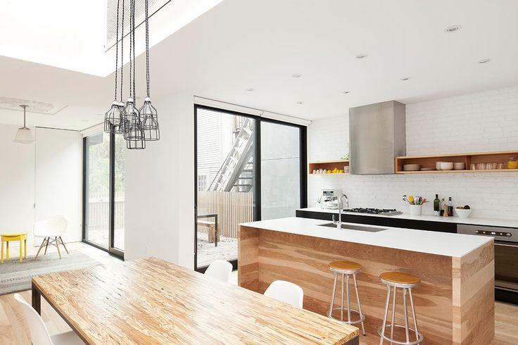 吹き抜けとテラスのある明るく開放的なダイニングキッチン