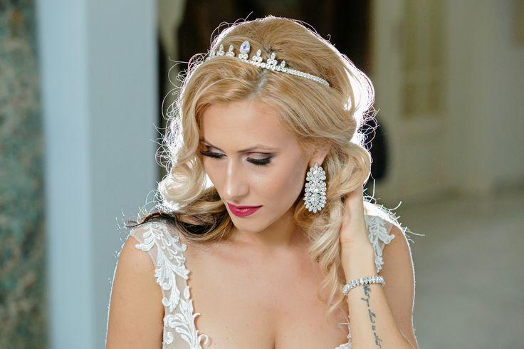 Swarovski Bridal Crown made with rhinestoine, swarovski elements and big earrings for wedding, special beautiful earrgins.