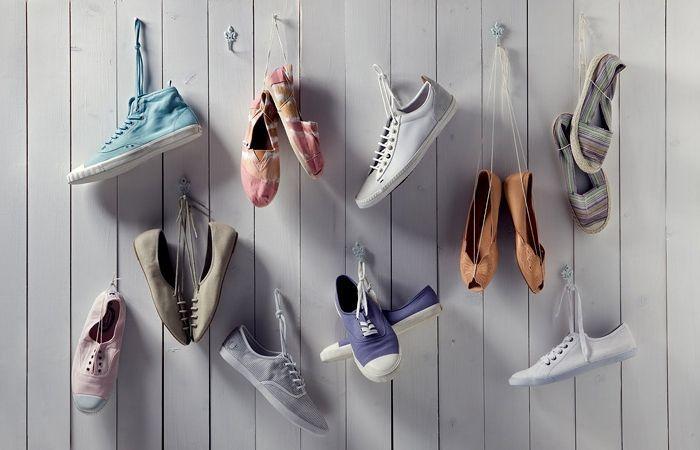 55 идей как хранить обувь в доме: полки, подставки, шкафы http://happymodern.ru/kak-khranit-obuv-v-dome/ Если на обуви есть шнурки, их можно завязать бантиком и подвесить на крючки, прикрепленные к стене