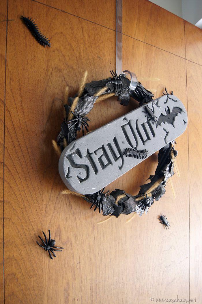 DIY Halloween wreath / Cómo hacer una corona para Halloween y Día de Muertos // casahaus.net #halloween #diademuertos Dog Tag Necklace, Projects To Try, Halloween Ideas, Ideas Para, Tips, Black, Art, Halloween Party, Halloween Stuff