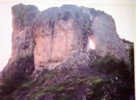 ÜNYE TARİHİ YERLERİ VE YAPILARI - yesilcennetunye -Karlıtepe köyündeki Gençağa kalesi harabeleri - Çamlıktaki Osmanlı Mezarları