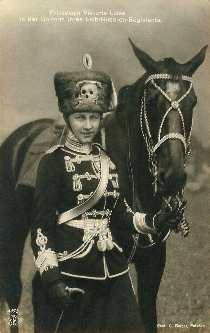 La Princesse Victoria Louise est la fille unique et dernière des sept enfants de l'empereur Guillaume II. Le 22 octobre 1909, à l'anniversaire de sa mère l'impératrice, elle était nommée 2ème chef de régiment du 2ème régiment du corps des hussards.
