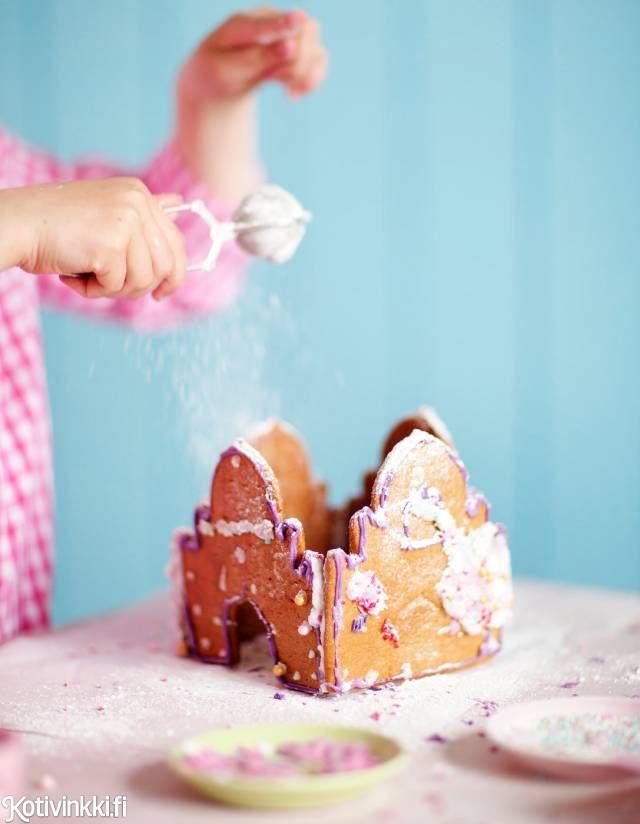Helppo piparkakkulinna tehdään lasten kanssa. Bake gingerbread castle with children. Kuva/pic Elvi Rista. #gingerbread #gingerbreadhouse #christmascookies