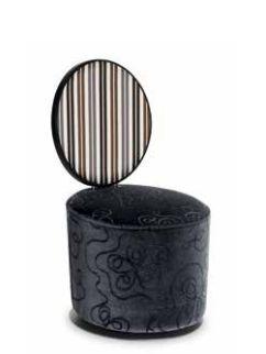 """""""Re sole Pouf"""" - Ditta Tonon - Una nuova interpretazione della sedia a medaglione, ispirato alla cultura francese del Seicento.   Lo schienale con la sua flessibilità offre un confort molto gradevole."""