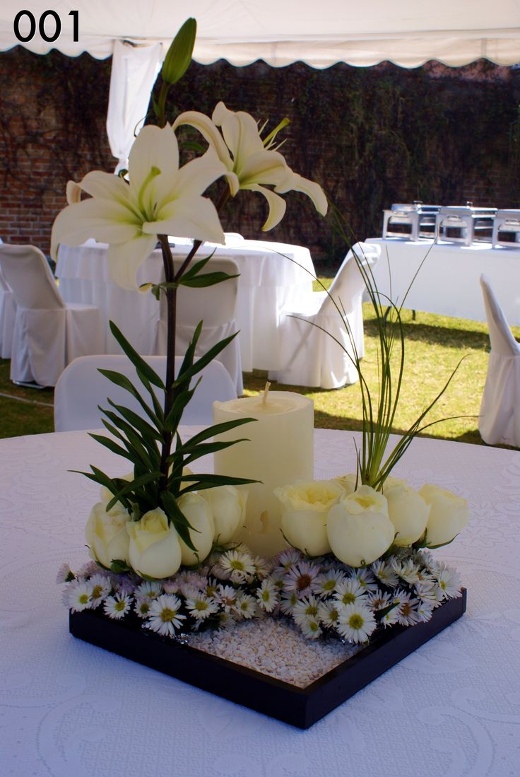 Centro de mesa en base de cerámica, lilis, rosas y vela. PC-001