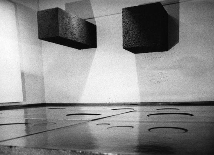 """Pino Pascali, 9 metri quadri di pozzanghere, 1967, acqua, truciolato laccato i nero, gesso nove pannelli 85x85x8 cm ciascuno; 1 e 2 metri cubi di terra, 1967, struttura di legno ricoperta di terra, cm 125x125x65 e 63x63x183 cm -  """"Fuoco Immagine Acqua Terra"""", L'Attico, 8 giugno 1967"""