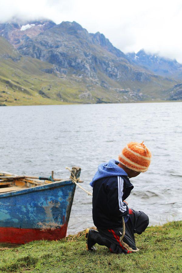 Niño trabajando en la laguna Querococha  3980 m.s.n.m  Ancash, Perú