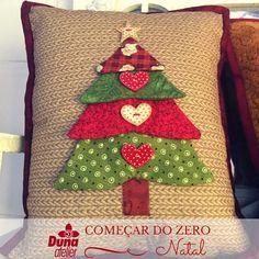 Almofada de árvore de Natal com nosso recente lançamento: botões laváveis. E aí…