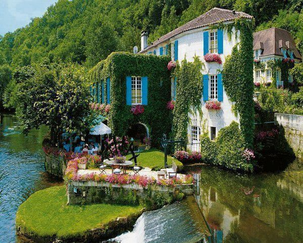 Ivy covered Le Moulin de l'Abbaye Hotel, Brantome, France
