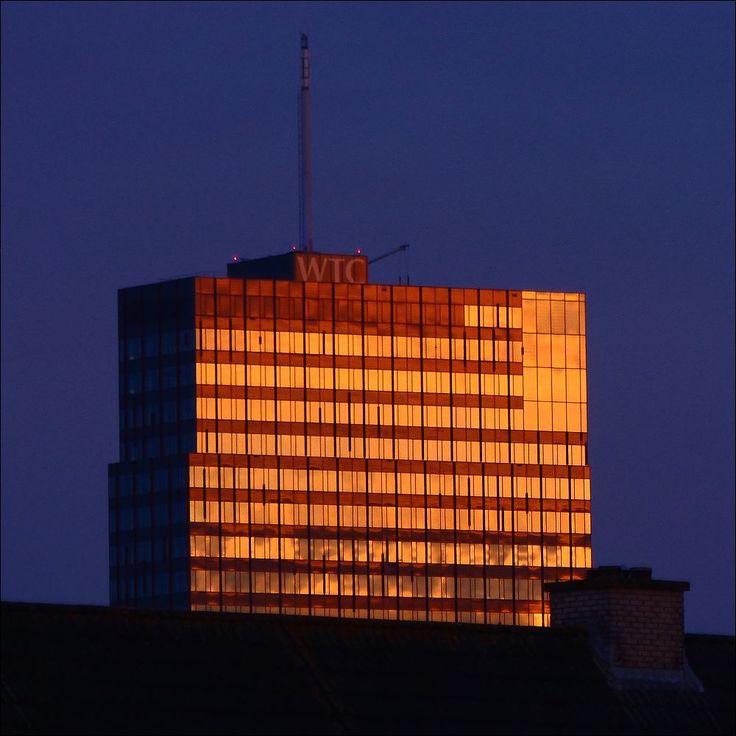 Avondzon op het WTC-gebouw in Amsterdam-Zuid...