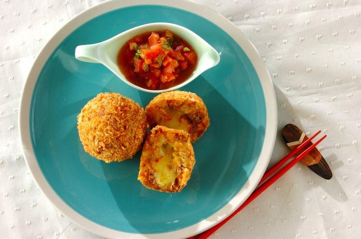 チリパウダーやクミンをプラスし、サルサソースを添えると、いつものコロッケがメキシカンに大変身!タコス風アレンジコロッケ/金丸 利恵のレシピ。[洋食/揚げもの]2017.05.22公開のレシピです。