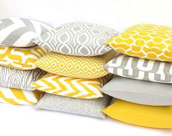 Cojines combinando amarillo, gris y blanco (2)