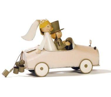 Figura de novios vintage en coche clásico