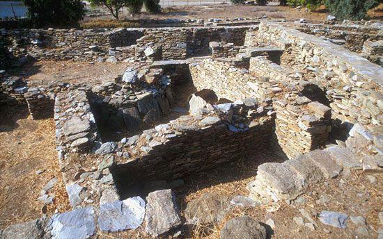 Ερείπια προιστορικού οικισμού νεολιθικής εποχής της Αγίας Ειρήνης. Βόρειο τμήμα του λιμένα Αγίου Νικολάου. 3.000 ~ 1.450 π.Χ.