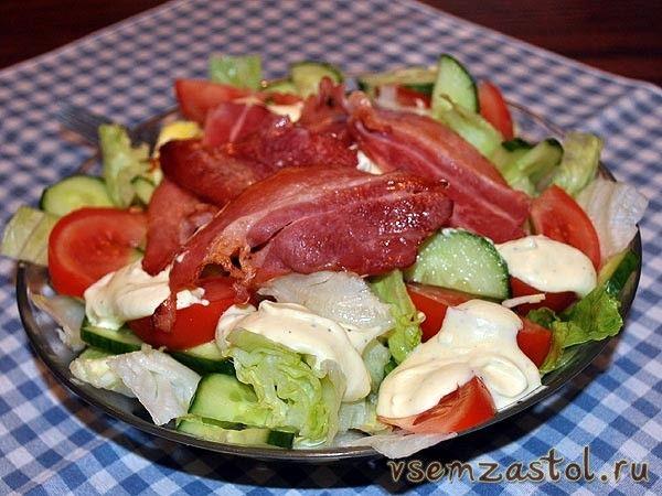 Салат из листьев латука, бекона и помидоров
