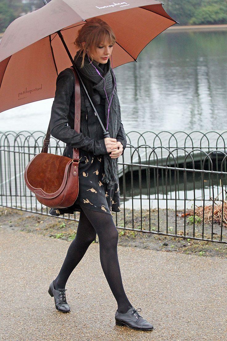 全身黒にブラウンのアクセントがキュートなテイラー・スイフトのコーデ♡雨の日を乗り切る雨の日コーデ♡参考にしたスタイル・ファッション♡