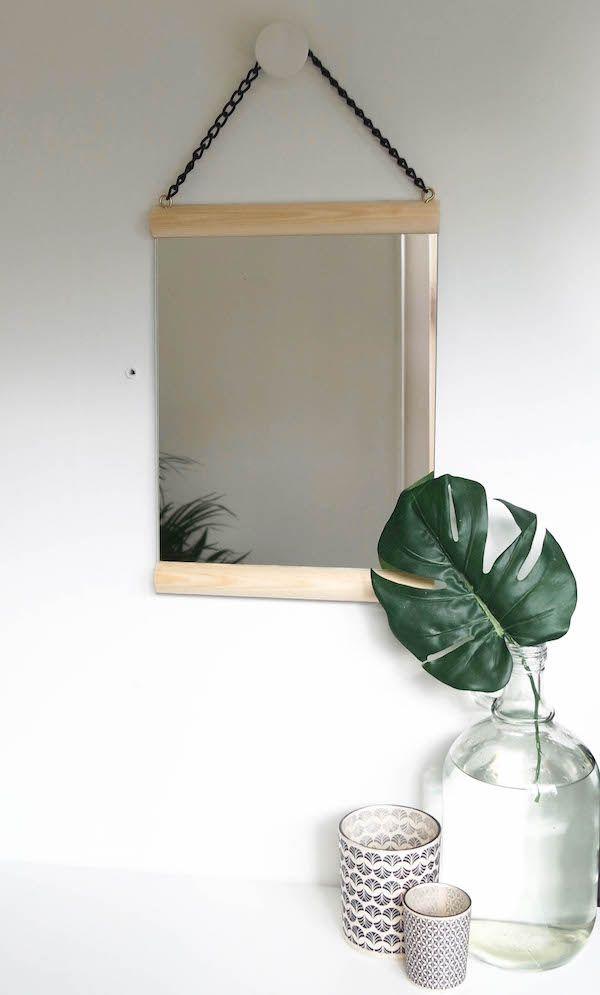 Van een eenvoudig spiegel naar een echte eyecather aan de muur in de een paar simpele stappen! Wat heb je nodig? Basis spiegel 35 x 25 cm Latje 25 cm lang Zwarte ketting Stap 1: Lijm de latjes op het spiegel Stap 2: Draai de haakjes in het bovenste latje …